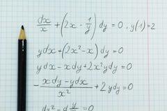Ejemplos matemáticos en el cuaderno, cálculos imagenes de archivo