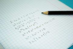 Ejemplos y cálculos matemáticos en un cuaderno para las conferencias imágenes de archivo libres de regalías
