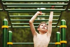 Ejercicio adolescente en el patio Imagenes de archivo