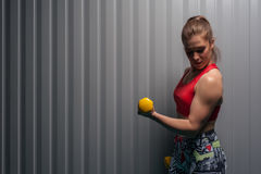 Ejercicio adulto femenino del bíceps que hace con los pesos Imágenes de archivo libres de regalías
