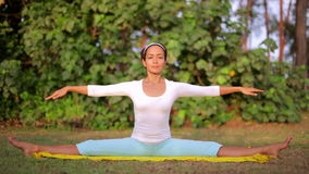 Ejercicio al aire libre de la meditación de la yoga en naturaleza almacen de metraje de vídeo