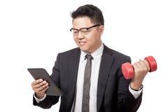 Ejercicio asiático del hombre de negocios mientras que trabaja Fotos de archivo libres de regalías
