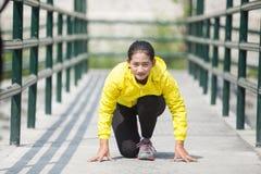 Ejercicio asiático joven de la mujer al aire libre en chaqueta de neón amarilla Fotos de archivo libres de regalías