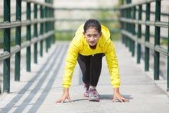 Ejercicio asiático joven de la mujer al aire libre en la chaqueta de neón amarilla, gett Fotografía de archivo libre de regalías