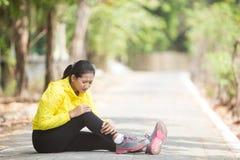 Ejercicio asiático joven de la mujer al aire libre en la chaqueta de neón amarilla, inju Imagenes de archivo