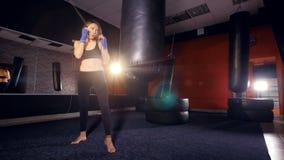Ejercicio atlético confiado de la mujer Concepto de la fuerza de la mujer almacen de video