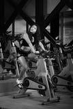 Ejercicio atractivo de la muchacha en gimnasio Imagen de archivo