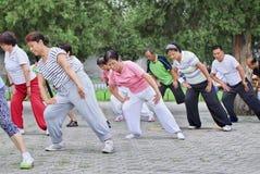 Ejercicio colectivo en un parque, Pekín, China de la madrugada Foto de archivo