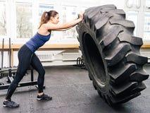 Ejercicio con el neumático en el gimnasio del crossfit Fotos de archivo libres de regalías