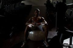 Ejercicio de Abdominals en bola del ejercicio Fotografía de archivo libre de regalías
