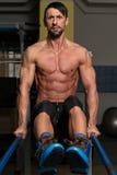 Ejercicio de Doing Heavy Weight del atleta en barrases paralelas Imágenes de archivo libres de regalías