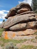 Ejercicio de equilibrio con las rocas en Vedauwoo, Wyoming imágenes de archivo libres de regalías