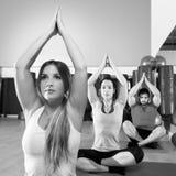 Ejercicio de formación de la yoga en grupo de la gente del gimnasio de la aptitud Fotos de archivo libres de regalías