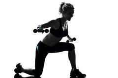 Entrenamiento del peso de la postura de la aptitud del entrenamiento de la mujer imagenes de archivo