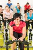 Ejercicio de giro de la gente del deporte de la clase en la gimnasia Fotos de archivo libres de regalías