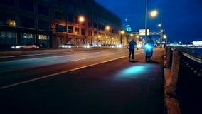 Ejercicio de la gente en la noche en una bicicleta almacen de metraje de vídeo