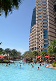 Ejercicio de la mañana en la piscina. Abu Dhabi. El emirato de árabe unido Fotografía de archivo
