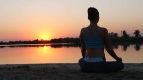 Ejercicio de la meditación en la naturaleza almacen de video