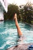 ejercicio de la muchacha del adolescente en piscina Imágenes de archivo libres de regalías