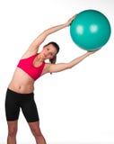 Ejercicio de la mujer con la bola de los pilates Imagen de archivo libre de regalías