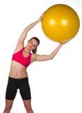 Ejercicio de la mujer con la bola de los pilates Foto de archivo libre de regalías