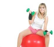 Ejercicio de la mujer de la bola de Pilates Fotos de archivo