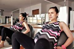 Ejercicio de la mujer embarazada con una bola Fotos de archivo
