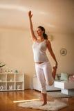 Ejercicio de la mujer joven en casa Imagen de archivo libre de regalías
