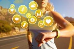 Ejercicio de la mujer que comprueba al perseguidor de la actividad con los iconos de la salud Fotos de archivo