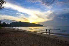Ejercicio de la salida del sol la playa de Krut de la prohibición de la playa Imagen de archivo