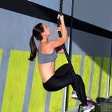 Ejercicio de la subida de la cuerda de Crossfit en gimnasio de la aptitud Foto de archivo libre de regalías