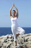 Ejercicio de la yoga al aire libre Fotografía de archivo libre de regalías