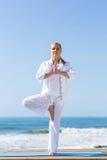 Ejercicio de la yoga de la mujer fotos de archivo
