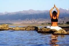 Ejercicio de la yoga en la playa imagen de archivo libre de regalías