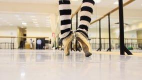 Ejercicio del ballet, calentamiento para la demostración, cierre para arriba de piernas y pies almacen de metraje de vídeo