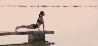 Ejercicio del entrenamiento de la yoga de Pilates al aire libre Imágenes de archivo libres de regalías