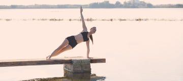 Ejercicio del entrenamiento de la yoga de Pilates al aire libre imagenes de archivo