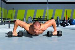 Ejercicio del pushup de la fuerza del pectoral del hombre del gimnasio con pesa de gimnasia Fotos de archivo libres de regalías