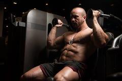 Ejercicio del tríceps en un gimnasio Fotos de archivo libres de regalías