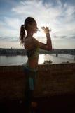 Ejercicio deportivo de la mujer al aire libre el día soleado fotos de archivo libres de regalías