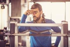 Ejercicio duro Hombre en el gimnasio fotos de archivo libres de regalías