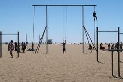 Ejercicio en la playa de Santa Monica Imagenes de archivo