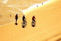 Ejercicio en la salida del sol en la playa Fotos de archivo