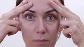 Ejercicio facial para levantar los párpados superiores Elevación superior de la tapa del ojo sin cirugía almacen de metraje de vídeo