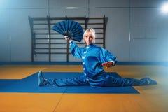Ejercicio femenino con la fan, arte marcial del amo del wushu Foto de archivo