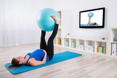 Ejercicio femenino embarazada con la bola de la aptitud fotos de archivo