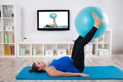 Ejercicio femenino embarazada con la bola de la aptitud foto de archivo libre de regalías