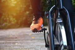 Ejercicio femenino en la bicicleta para ejercitar y el lifestyl sano foto de archivo libre de regalías