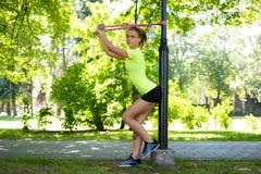 Ejercicio femenino rubio atlético con las correas del trx de la aptitud Fotografía de archivo