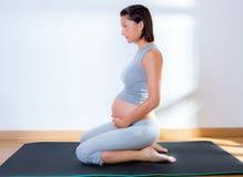 Ejercicio hermoso de la aptitud de la gimnasia de mujer embarazada Fotos de archivo libres de regalías